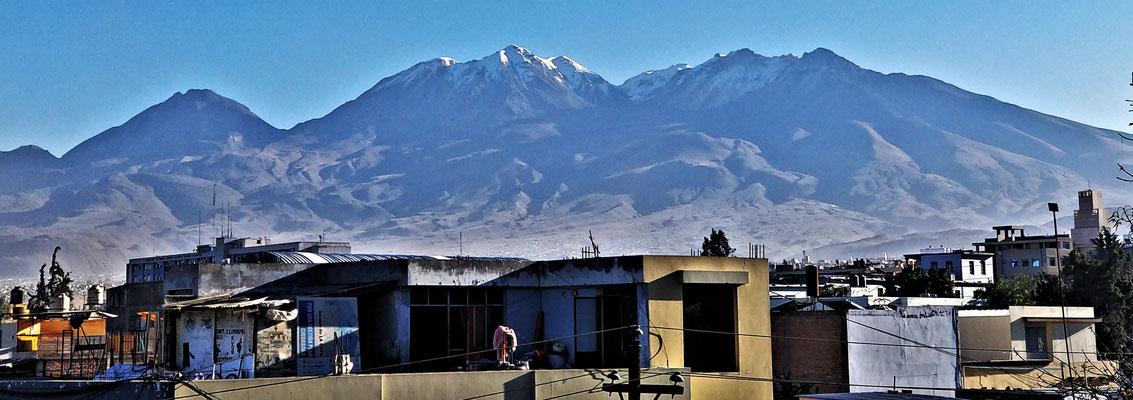 Der Blick in die Berge vom Balkon.