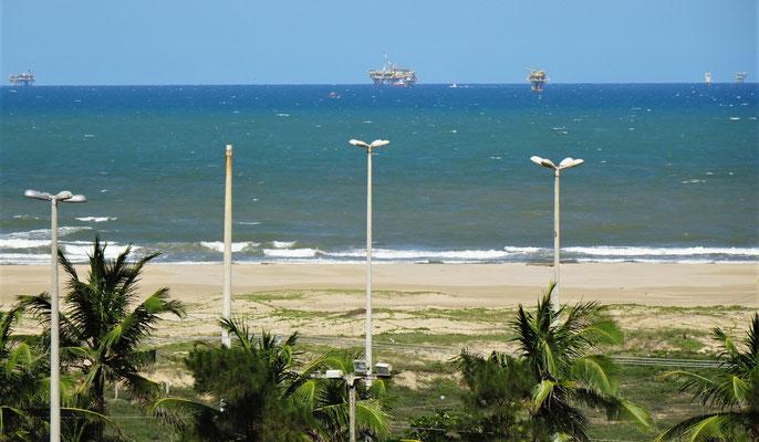 ......das Meer und die Ölplattformen.