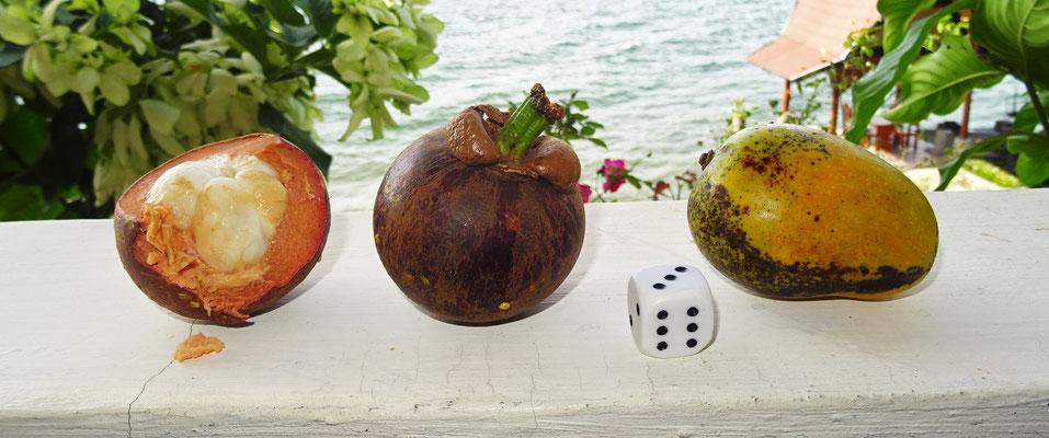 Links: Mangostee, Rechts: Mango (beide sehr süss)