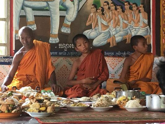 Mönche hinter den gebrachten Gaben
