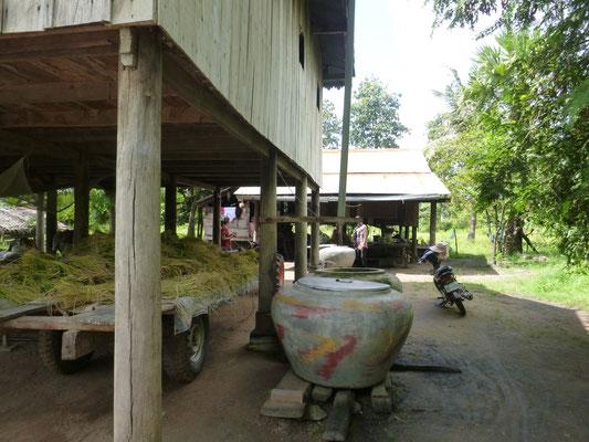 ein Haus in Kampong Chhnang, links die neuste Reisernte