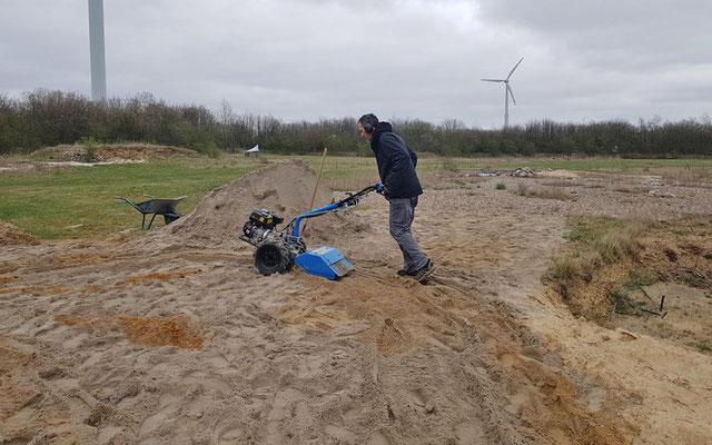 Vermischen der Substrate mit der Bodenfräse.
