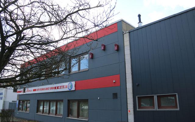 """Auch die Nachbarn von der Arnst Auto-Technik GmbH bieten nun Haussperlingen ein """"zu Hause""""."""