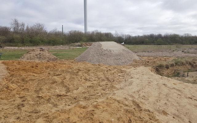 Erste Ladung Sand der bearbeiteten Fläche.