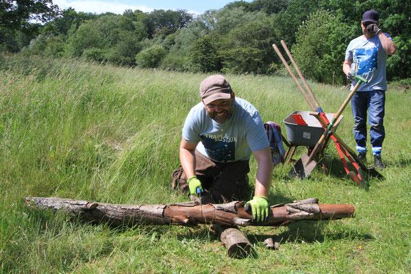 Die Pfosten, an denen die kleinen Insektenhotels festgeschraubt werden sollten, mussten auf die richtige Länge gesägt werden (Foto: A. Lampe).