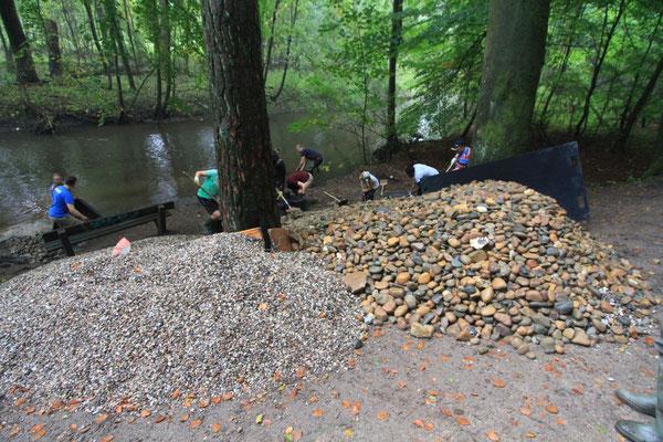 24 Tonnen Geröll und Kies wurden angeliefert (Foto: A. Lampe).