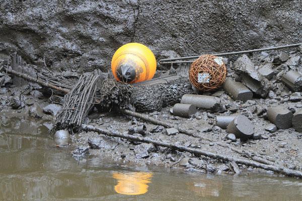 Wenn Wasser in den Fleeten ist, treiben die Bojen auf und die Elemente aus Holz hängen im freien Wasser (Foto: A. Lampe).