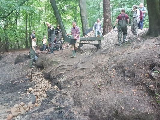 Stark erodierte Uferbereiche werden mit Geröll und Kies aufgefüllt und so stabilisiert (Foto: A. Lampe).