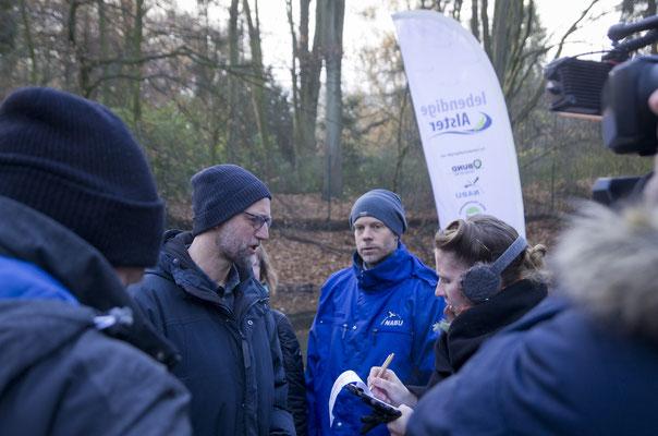 Projektmitarbeiter Andreas Lampe erklärt den anwesenden Akteuren und der Presse den ökologischen Sinn dieser Maßnahme (Foto: Thomas Dröse)