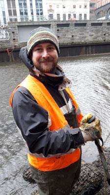 Victor Reinhold aus dem Projektteam Lebendige Alster ist erfreut über die kleinen Aale in den Fleeten (Foto: A. Lampe).