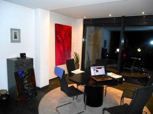 rotes Bild im Raum