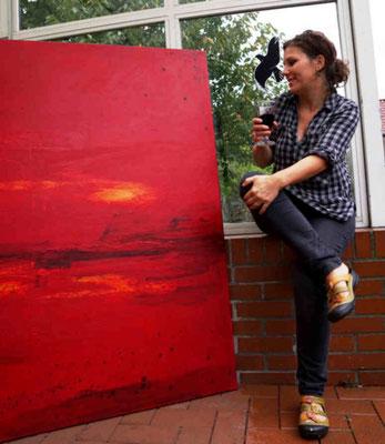 Künstlerin und rotes Bild