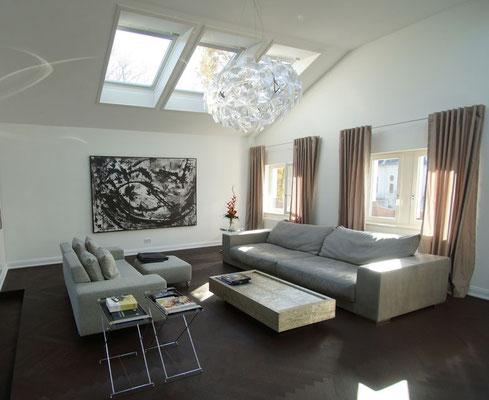 großes schwarzweiß Bild über Sofa