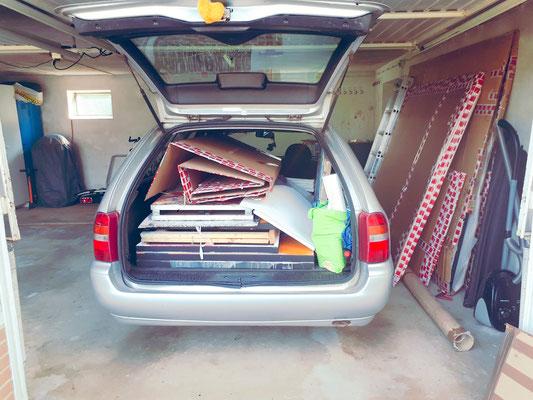 Auto gepackt mit Ateliersachen