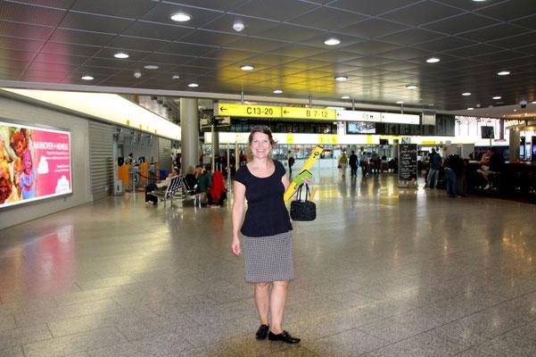 Künstlerin auf Flughafengelände