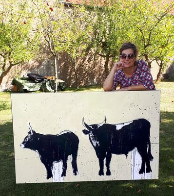 künstlerin udn Gemälde mit Stieren