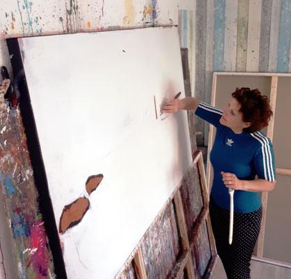 Künstlerin beim Malen an dem Bild