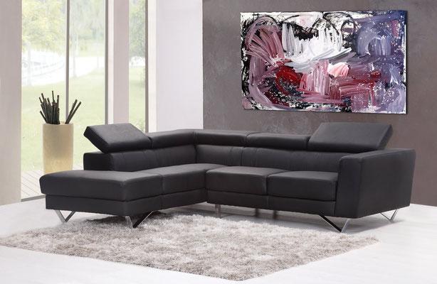 großes Bild an grauer Wand