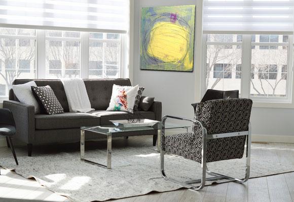 abstraktes Bild im Raum gelb