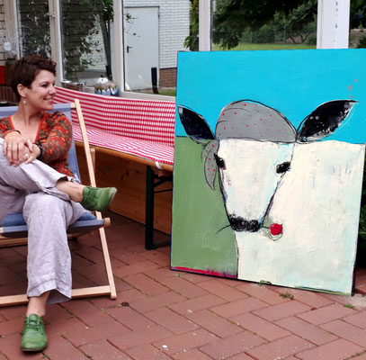 Künstlerin trifft Kuhbild mit Kuh über Sofa