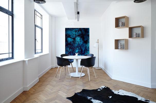 Abstraktes blaues Bild im Raum