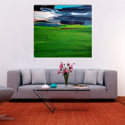 grünes abstraktes Gemälde über sofa