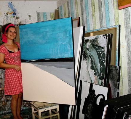 künstlerin im atelier