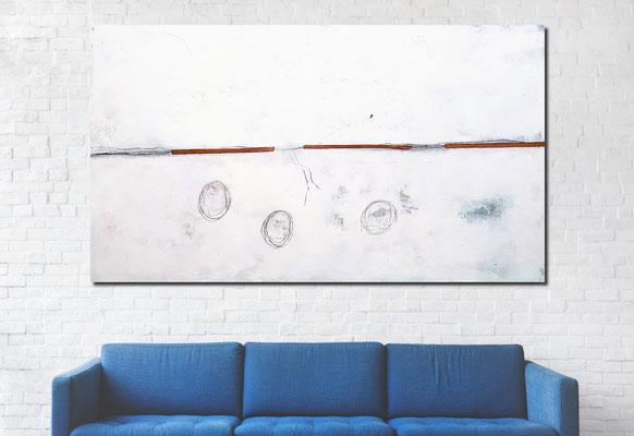 weisses Bild über blauem Sofa