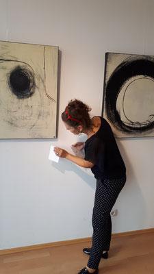 künstlerin und bild bei einer Ausstellung