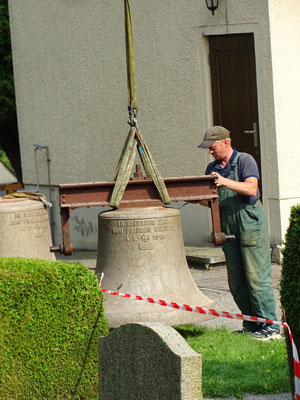 Herunterheben der Glocken vom Turm 9. September 2016