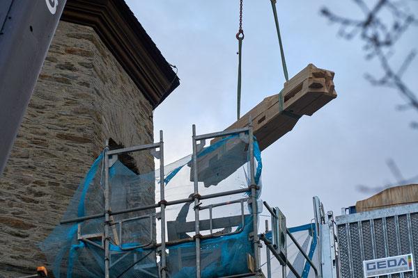 20.03.2017 Eichenbalken für Glockenstuhl werden mit hoch gezogen