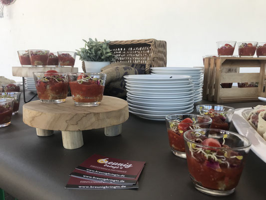 Fingerfood-Buffet im Glas serviert