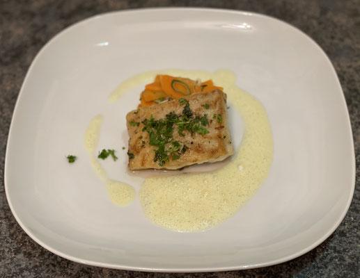 Isländischer Skrei mit Karotten-Lauch-Gemüse an Beurre blanc