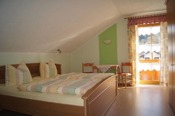 Schlafzimmer eins der Ferienwohnung 2