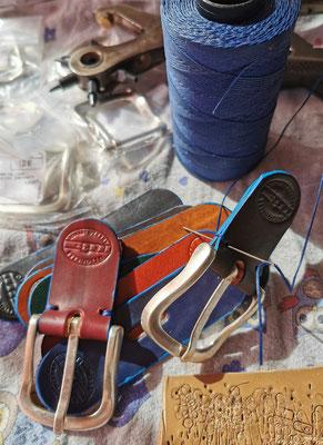 cintura in cuoio con bordo azzurro