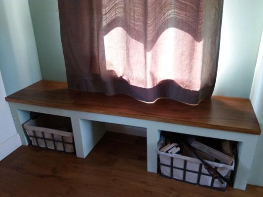 Bank met geschilderd houten zitting