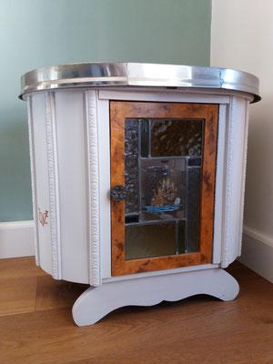 Antiek kastje met wortelnotenhout