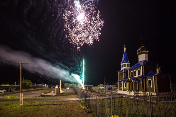 Höhenfeuerwerk am Abend neben der Kirche