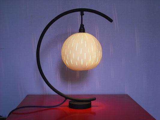 lampe sur pied globe suspendu, globe porcelaine créé par Stéphanie Dastugue