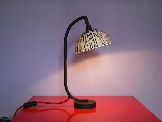 Lampe de bureau, demi-sphère en porcelaine créé par Stéphanie Dastugue
