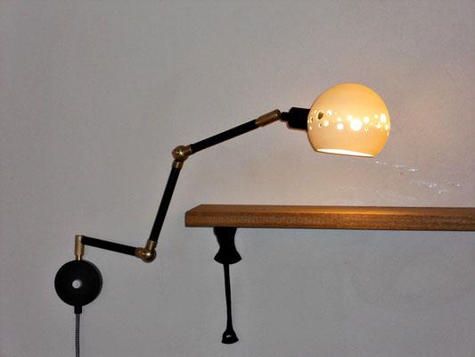 lampe articulée, globe porcelaine créé par Stéphanie Dastugue