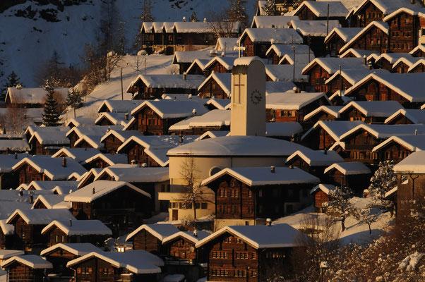 Skiferien Wallis ab sonnigem Bergdorf nähe Thermalbad
