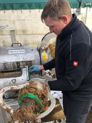 Harald Meyer beim Siebwechsel des Separators