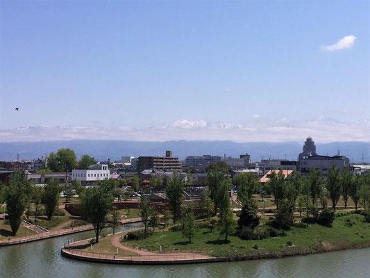 富山県立美術館屋上庭園から見た 環水公園と立山連峰