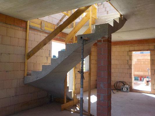 montierte Fertigteildecke und Fertigteiltreppe aus Beton