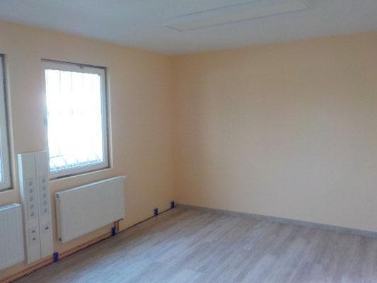 Innenausbau mit Malerarbeiten und verlegtem Laminat