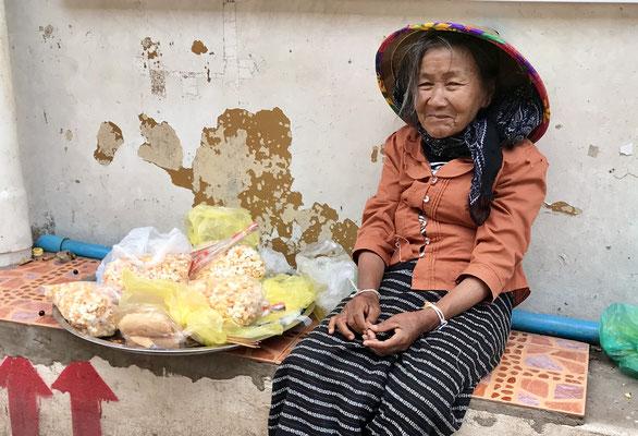 Popcorn-Verkäuferin auf dem Morning-Market in Ventiane