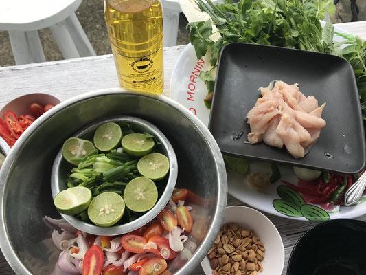 Zutaten für den besten Hühnchensalat ever.