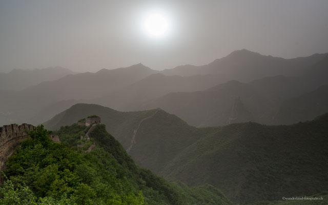 Sonnenuntergang bei der Chinesischen Mauer (sehr windiger Tag, darum hat es den ganzen Smog von Peking aufgewirbelt)