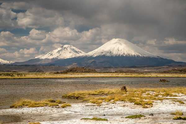 Die Vulkane Pomerape (6240 m) und Parinacota (6330m) im Parque Nacional Lauca